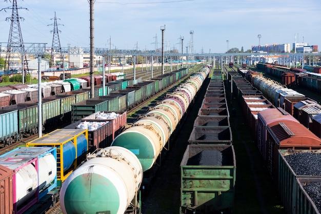 Goederentreinwagons op het treinstation. bovenaanzicht van goederentreinen. wagons met goederen op de spoorlijn. zware industrie. industriële conceptuele scène met treinen. selectieve focus