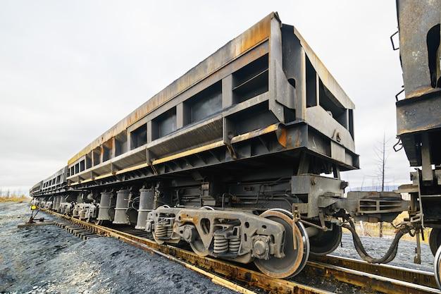 Goederenwagons op het spoor. wielen en wieltruck met drie assen