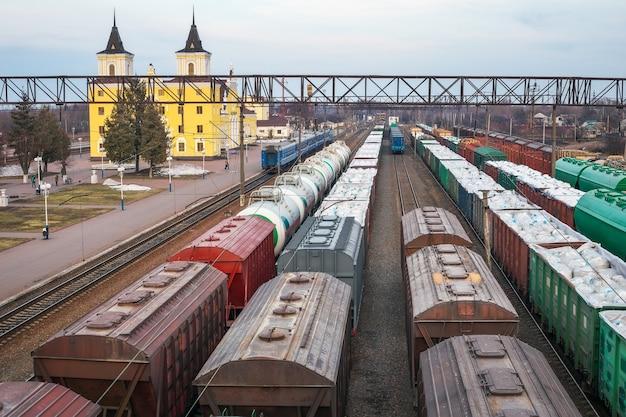 Goederenwagons op het station. spoor transport. vracht. een trein die hout vervoert, hout. handelsblokkade