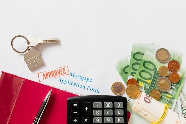 Goedgekeurd hypotheekcontract en sleutel met geld
