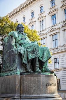 Goethe monumet in het centrum van wenen in het park in de herfstseizoen