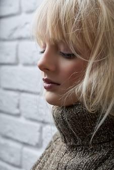 Gogeous blonde model poseren