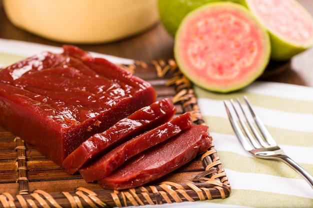Goiabada, een snoepje gemaakt van guave, braziliaans snoepje.