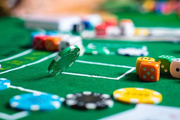 Gokken chips en kaarten op een groene doek casino tafel