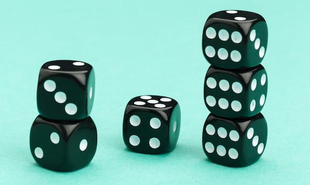Gokken dobbelstenen op blauw. spel.