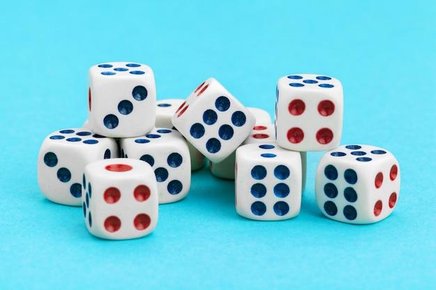 Gokken dobbelstenen op blauwe achtergrond. spel concept.