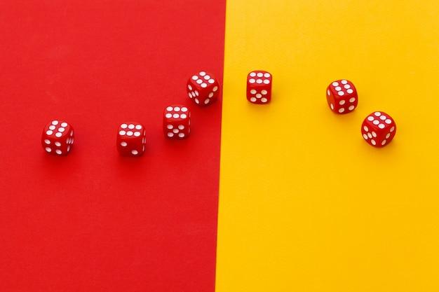 Gokken dobbelstenen op kleur