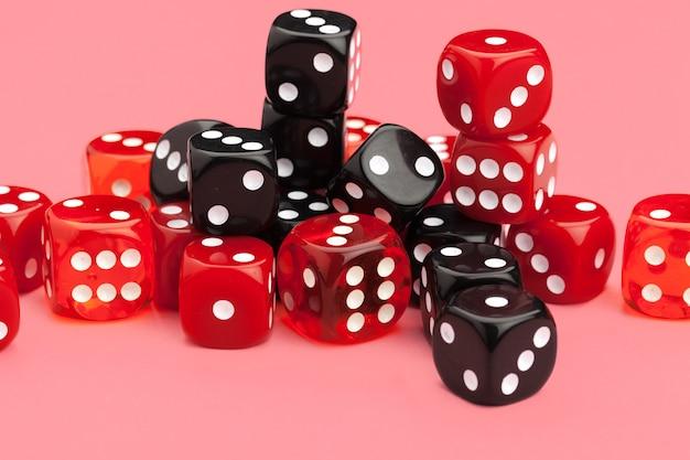 Gokken dobbelstenen op roze. spellen.