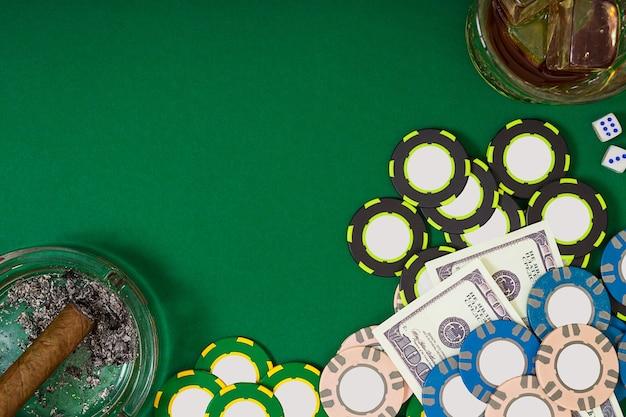 Gokken fortuin en entertainment concept close-up van casino chips whisky glas speelkaarten en ...