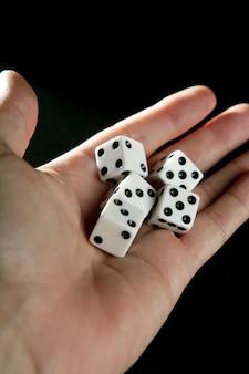 Gokker vijf dobbelstenen in menselijke hand