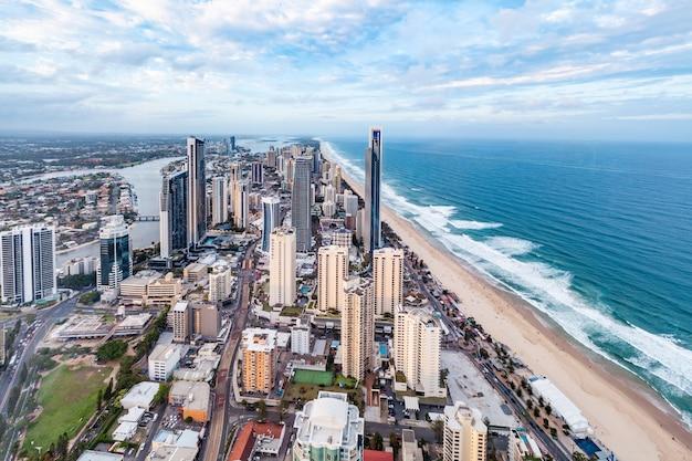 Gold coast, australië - 6 januari 2019: surfers paradise skyline gezien vanaf skypoint observatiebalie