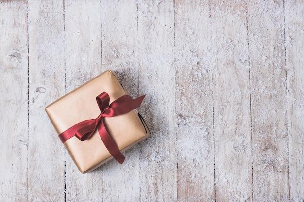 Golden cadeau met een rode strik