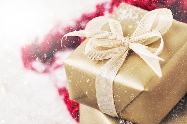Golden cadeau met een witte boog