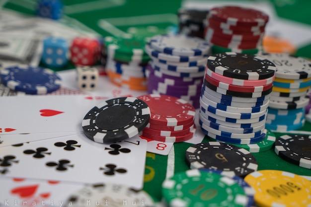 Golden casino-thema. casino roulette, pokerfiches aan een speeltafel
