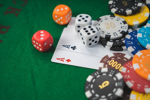 Golden casino-thema. hoog contrastbeeld van casinoroulette, pookspaanders op een speeltafel