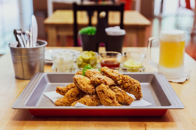 Golden crunchy korean fried chicken geserveerd met ingemaakt en koud bier
