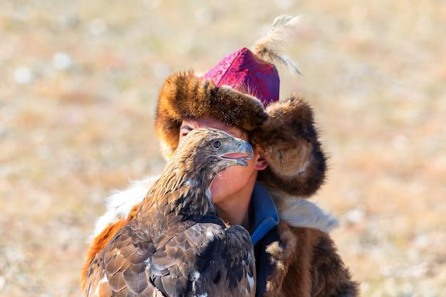 Golden eagle festival. portret van golden eagle. west-mongolië
