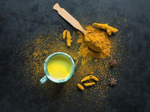 Golden milk, gemaakt met kurkuma. een remedie tegen virussen en vele ziekten