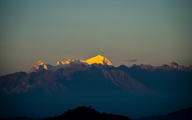 Golden shining mount langtang bereik uitzicht vanaf kathmandu, nepal.