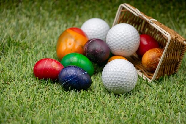 Golf happy easter met kleurrijke eieren zijn op groen gras