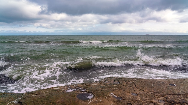 Golf spatten op de rotsen, frisheid op het strand