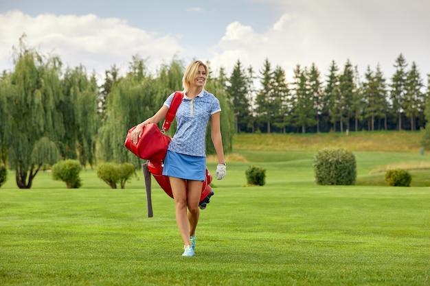 Golf speler met golfuitrusting op groen veld