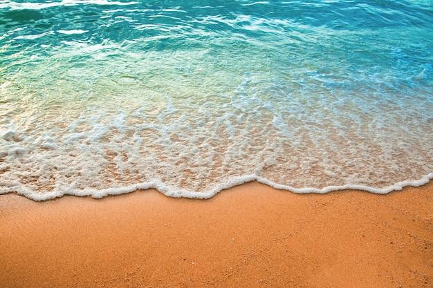 Golf van blauwe oceaan op zandstrand. achtergrond.