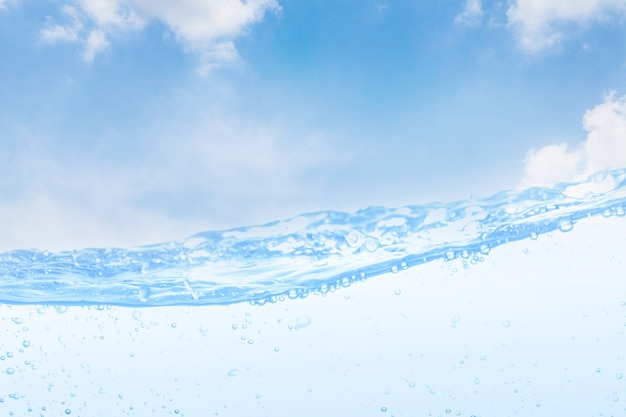Golf van drinkwater en lucht lucht witte lucht achtergrond.
