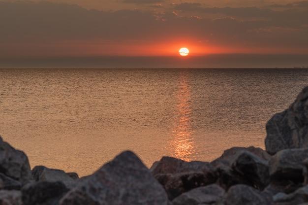 Golf van finland bij zonsondergang.