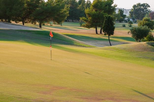 Golfbaan bij zonsondergang, lege golfclub