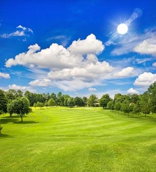 Golfbaan en blauwe zonnige hemel. europees groen veldlandschap