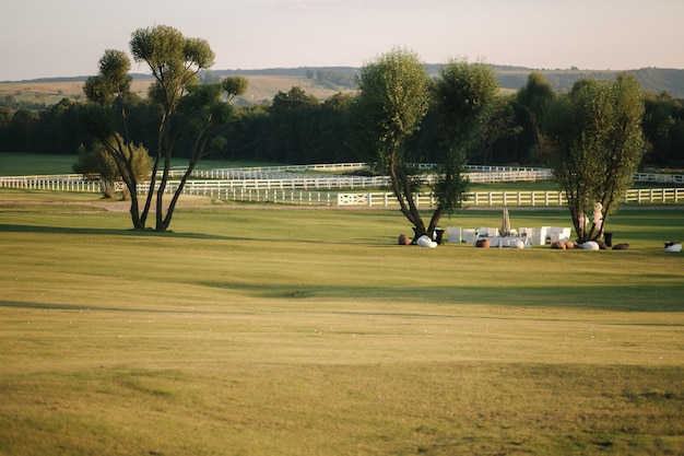 Golfbaan in cuntryside. ondergaande zon in zomeravond.