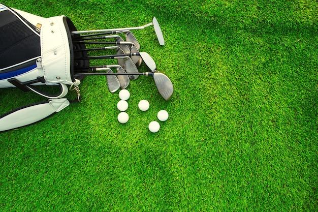 Golfbal en golfclub in zak op groen