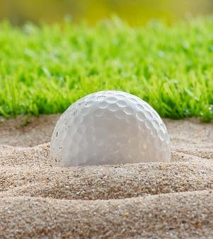 Golfbal in zandbunker
