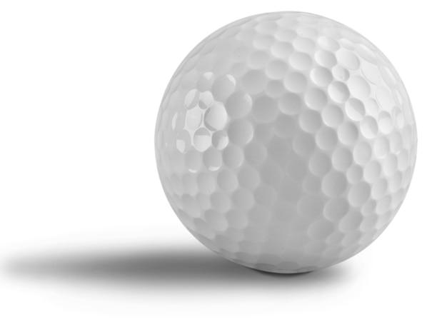 Golfbal met schaduw op wit wordt geïsoleerd