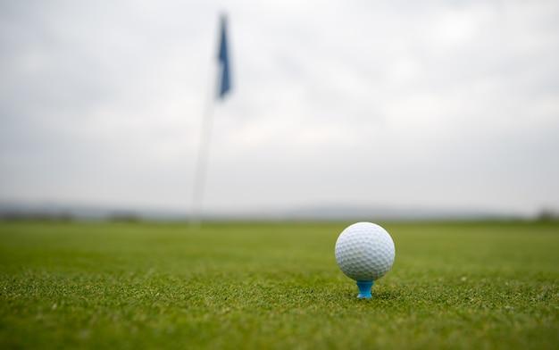 Golfbal op de golfbaan voordat u de pit raakt