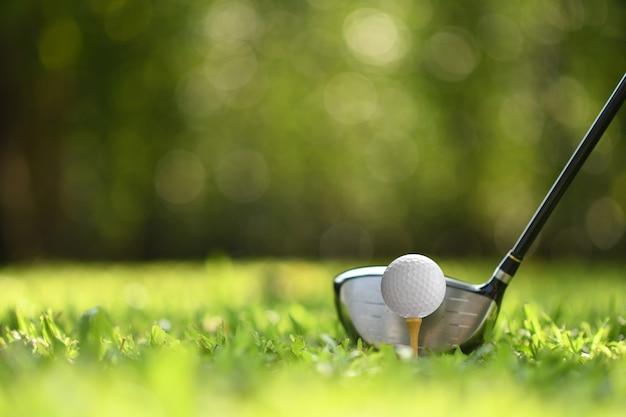 Golfbal op groen gras klaar om op golfbaan te worden geslagen