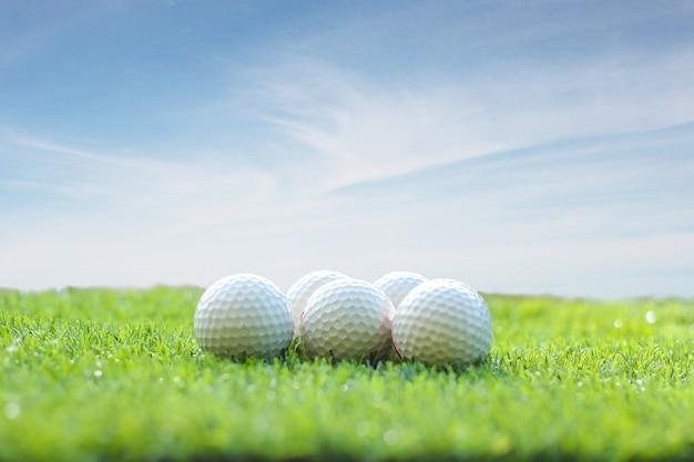 Golfbal op groen gras