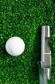 Golfbal op groene gras