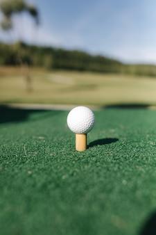 Golfbal op tee klaar om te worden neergeschoten.