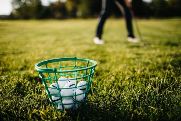 Golfbenadering met ijzer van fairway bij zonsopgang wordt geschoten die