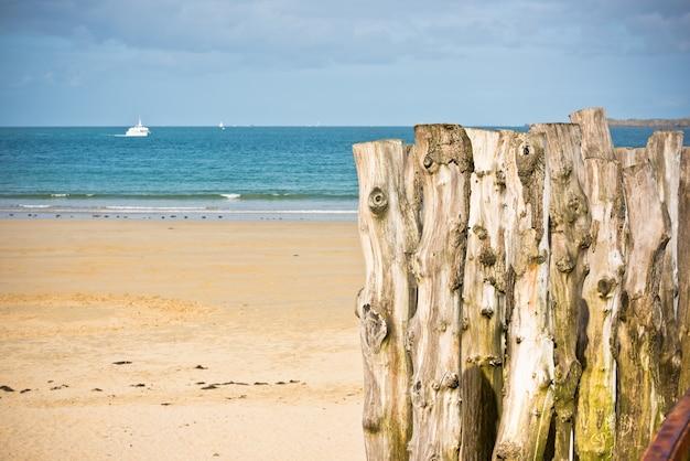 Golfbrekers bij eb aan de kust van saint-malo, bretagne, frankrijk