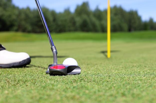 Golfclub en bal. voorbereiden om te schieten.