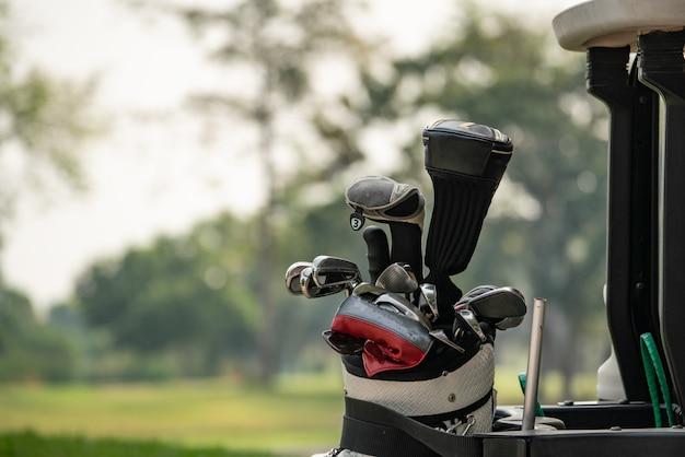 Golfclubs chauffeurs over groen veld