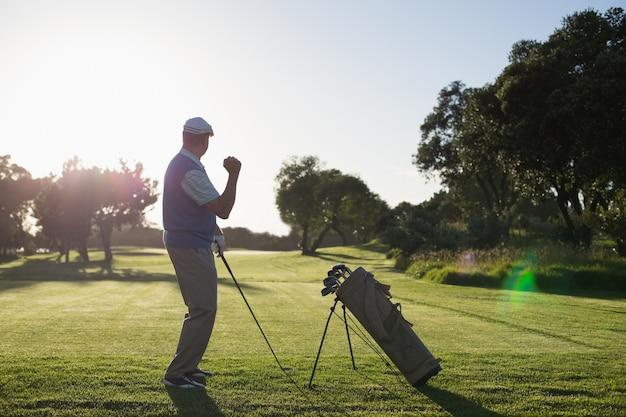 Golfer blij met zijn schot