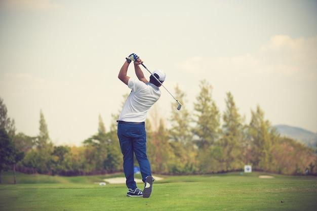 Golfers slaan een prachtig golfbaan in de zomer vintage kleur
