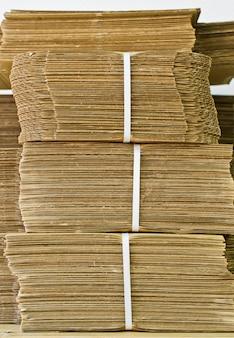 Golfkarton voor verpakking. horizontale lijnen met golvende lijnen van beige kleur