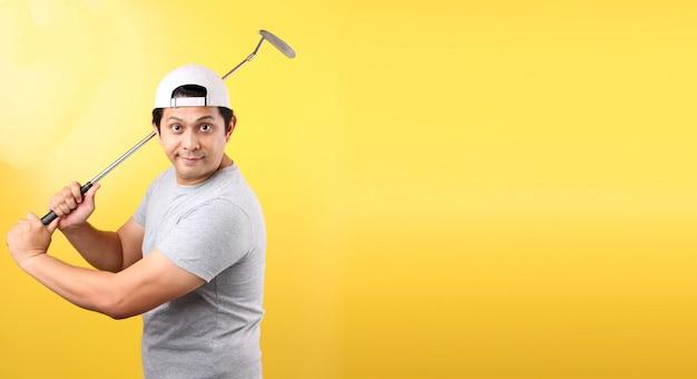 Golfspeler aziatische man in het nemen van een schommel, geïsoleerd