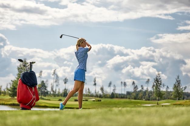 Golfspeler die klaar om de bal te raken worden