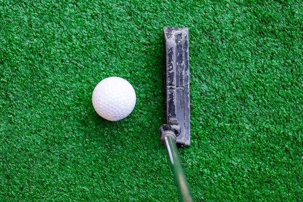 Golfspeler die op opleidingsplaats met golfbal voorbereidingen treft